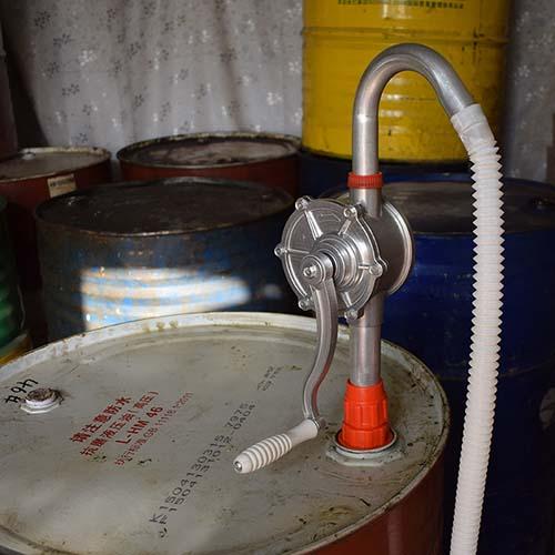 hút dầu trong thùng phuy 200l